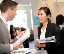 Arbeitgeber im Vorstellungsgespräch mit chinesischem Bewerber